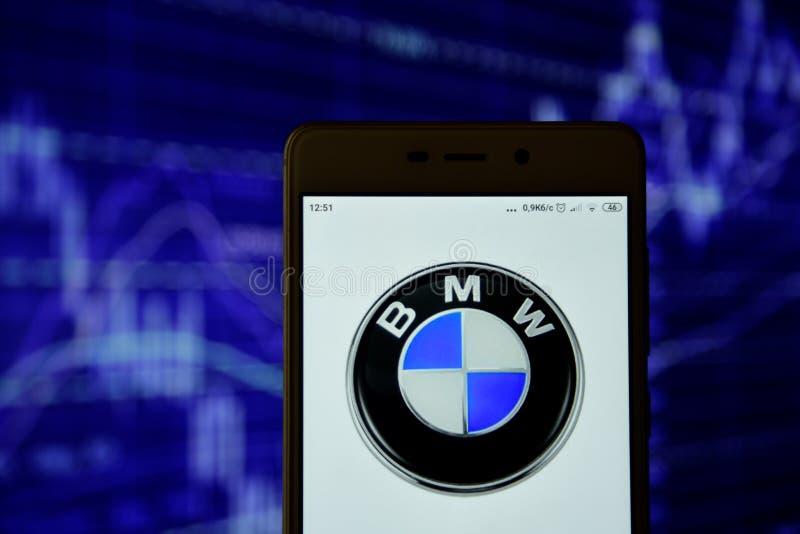 BMW-het embleem wordt gezien op een smartphone stock afbeelding