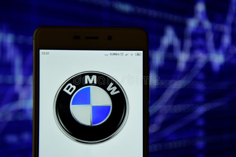 BMW-het embleem wordt gezien op een smartphone royalty-vrije stock fotografie