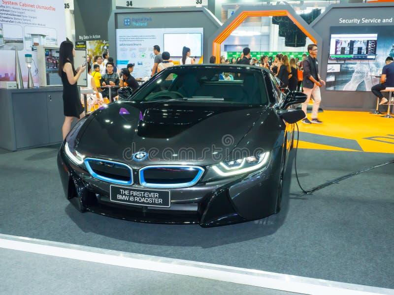 BMW i8是在黑颜色,在展览室的显示的BMW发展的插入杂种跑车 库存照片