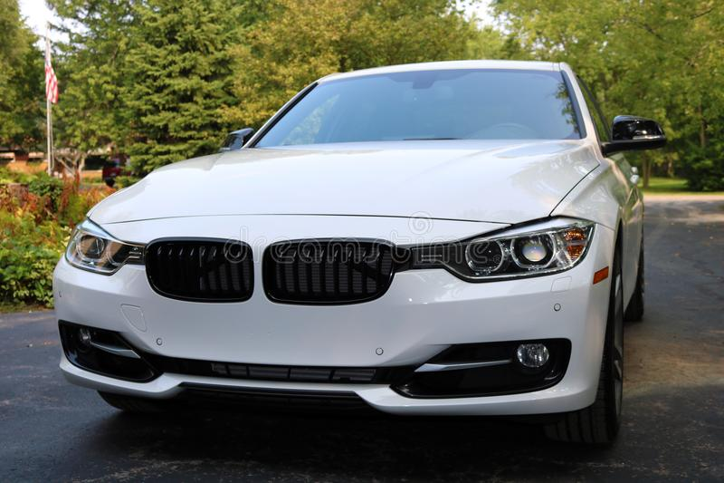 2018 BMW 350i biały super ładunek z 350 Końską władzą, Luksusowy europejski sportowy samochód zdjęcie royalty free