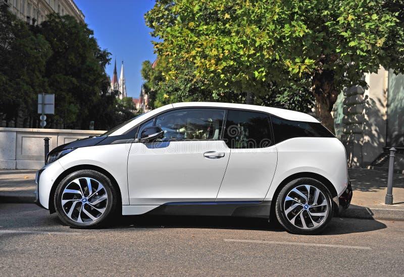 BMW i3 elektryczny samochód w ulicie Budapest zdjęcia stock