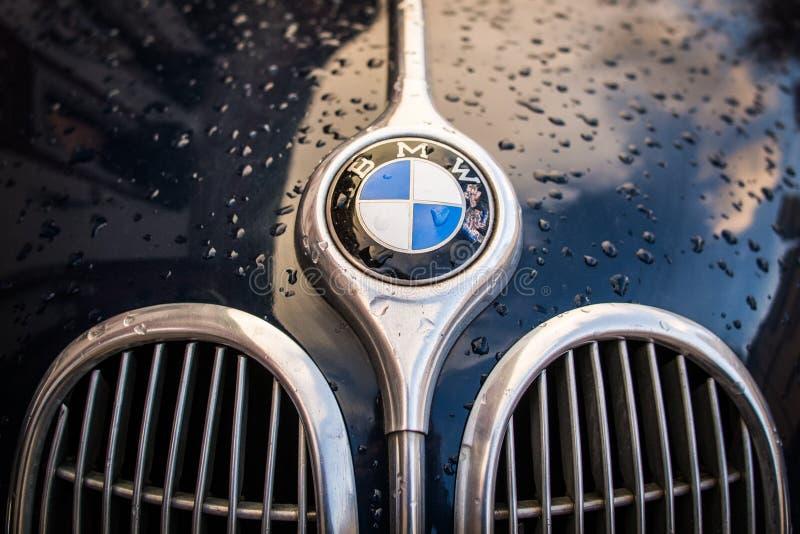 Логотип BMW на капоте. Логотип BMW на 501 винтажном немецком олдтаймере автомобиль с хромированными украшениями Сток фотография без роялти