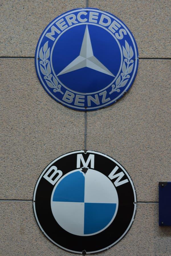 BMW Logo Vs Benz Logo royalty-vrije stock foto