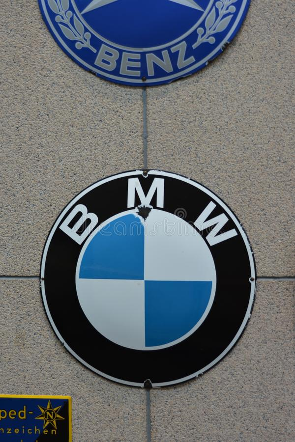 BMW Logo Vs Benz Logo lizenzfreies stockbild