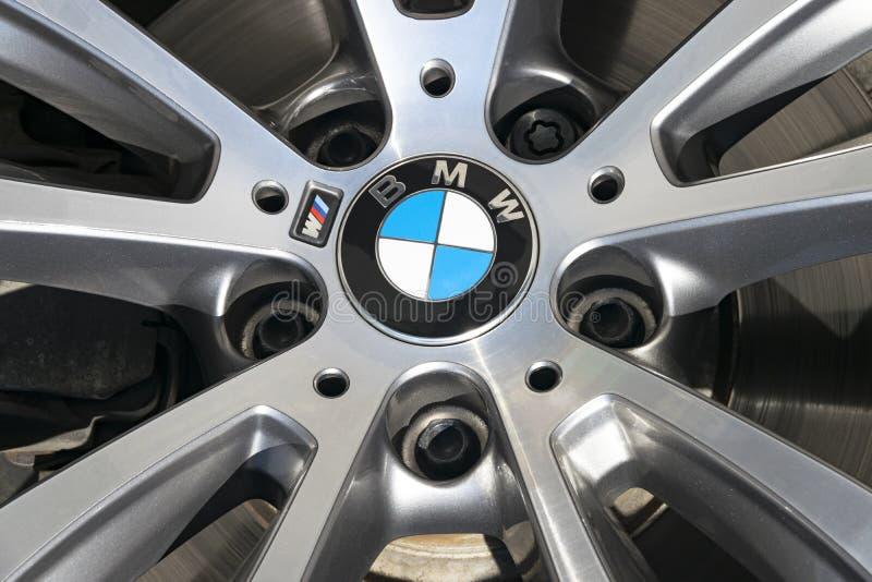 BMW X6 M表现轮子的正面图 免版税库存图片
