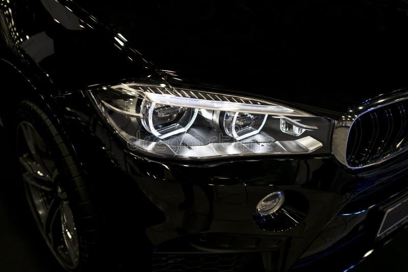 BMW X6M 2017 Фара современной спортивной машины Вид спереди роскошной спортивной машины Детали экстерьера автомобиля стоковые фото