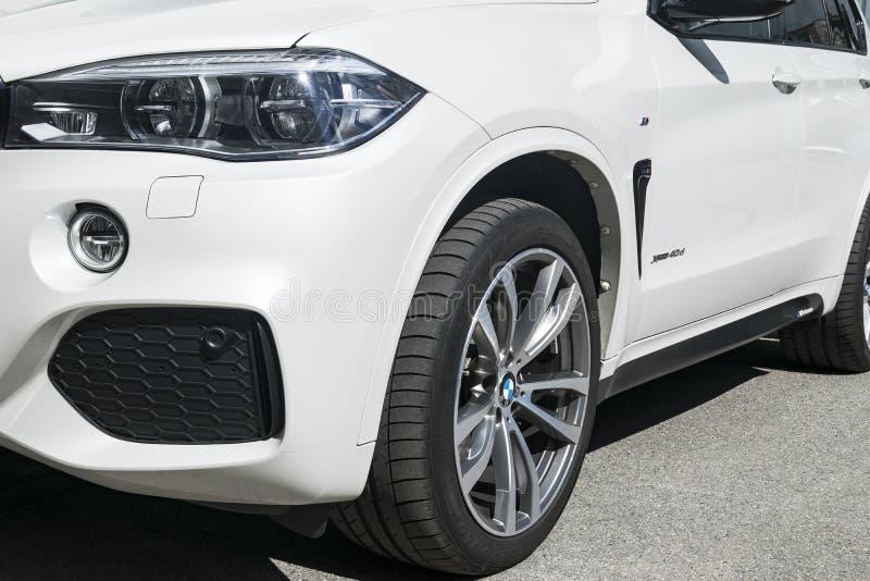 BMW X5 M Perfomance 轮胎和合金轮子 车灯 一辆白色现代豪华跑车的正面图 汽车外部细节 免版税库存照片