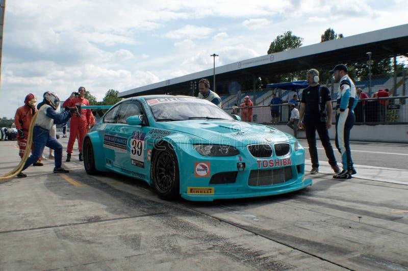 BMW M3 som tankar i Monza royaltyfri fotografi