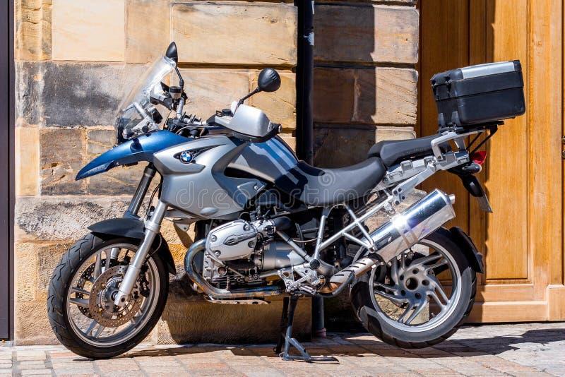 BMW motorcykel framme av en historisk fasad royaltyfri bild