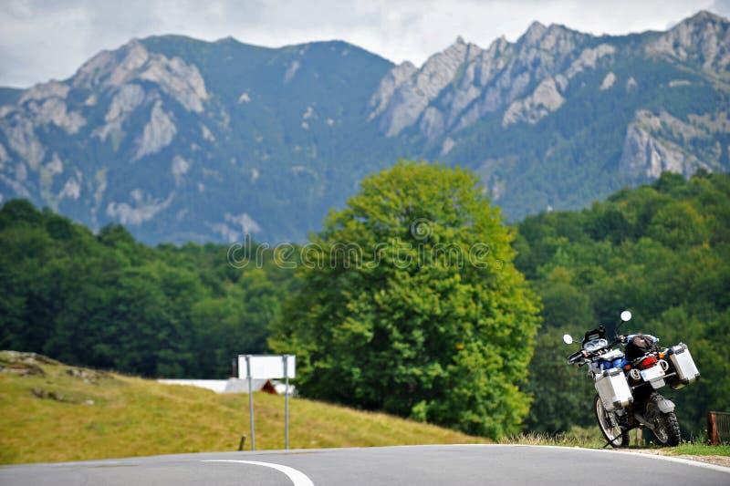 BMW na estrada da montanha imagem de stock