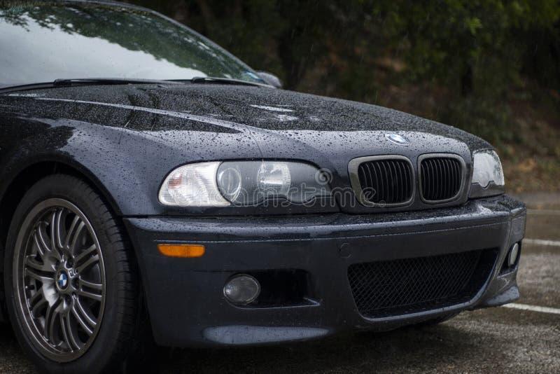 BMW nella pioggia immagine stock libera da diritti