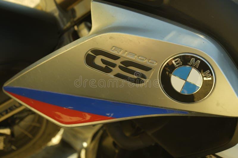 BMW R1200GS en declive foto de archivo