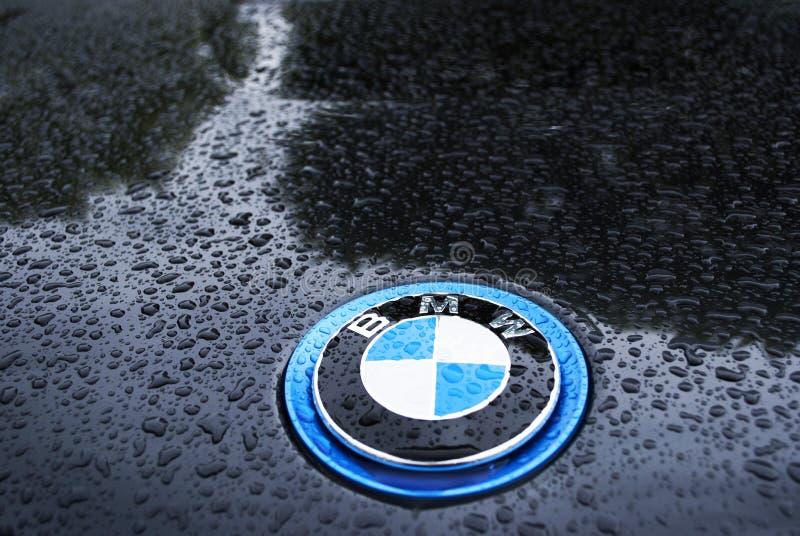BMW unter Regen mit Wassertropfen stockfotos