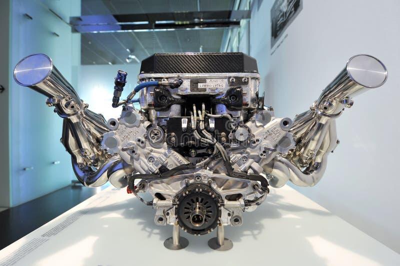 Двигатель BMW V10 Formula One выставлен в музее BMW. Мюнхен-8 июня: BMW V10 Formula One engine на выставке в музее BMW 8 июня 2013 года в Мюнхене стоковые фотографии