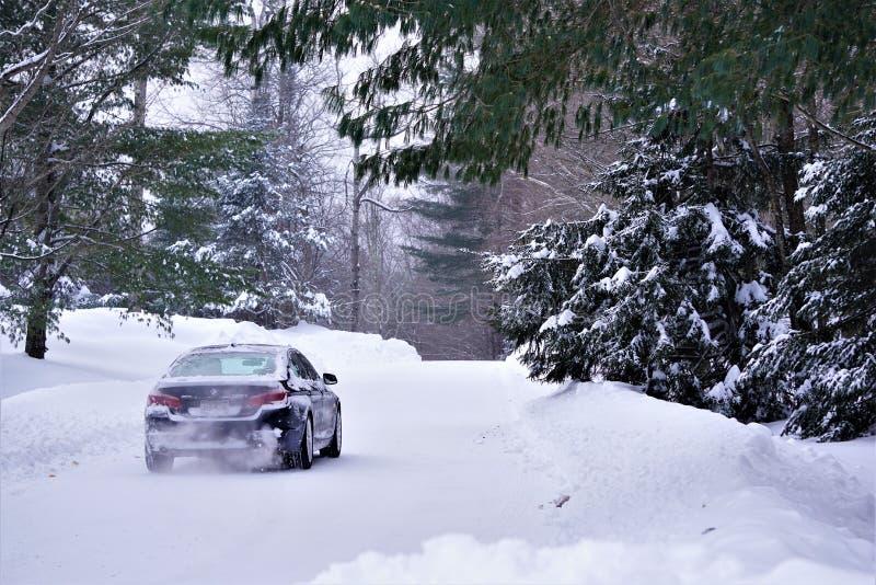 BMW versnelt op sneeuwweg stock foto's