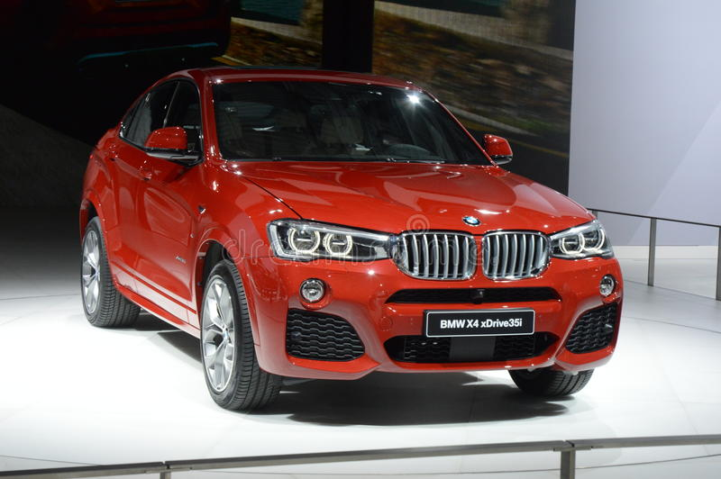 BMW X4 xDrive35i Czerwony kolor Moskwa samochodu Międzynarodowy salon zdjęcie stock
