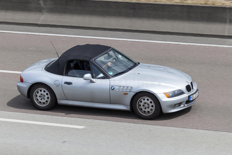 BMW Z3 sur la route photo stock