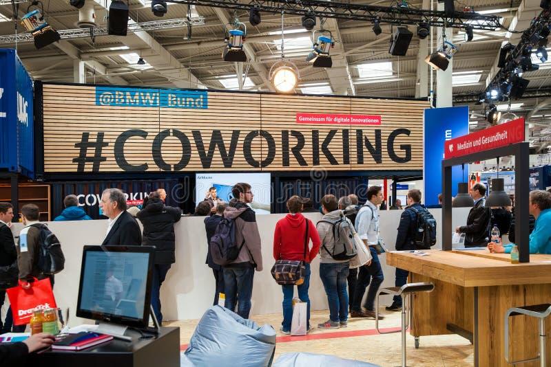 BMWI-Dijk coworking tribune Bezoekers op tentoonstelling CeBIT 2017 in Hanover Messe, Duitsland royalty-vrije stock afbeeldingen