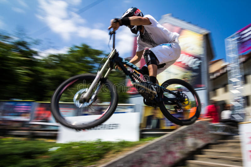 BMX骑自行车的人跳跃 库存照片