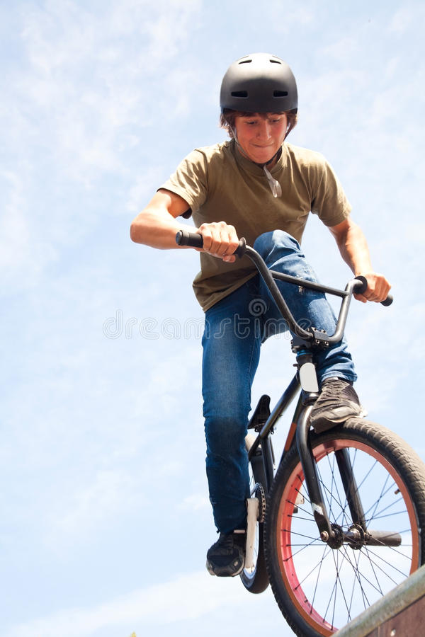BMX Bicycler auf Rampe stockfoto