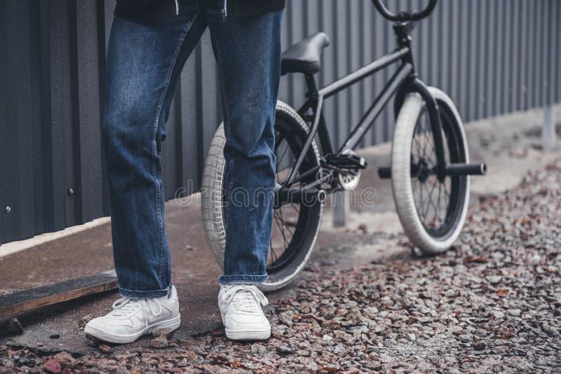 Bmx cyklist med cykeln royaltyfri foto