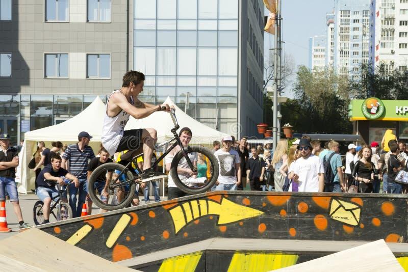 BMX-de fietser voert een stunt op de helling uit stock foto