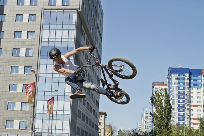 BMX-de fietser voert een stuntsprong uit royalty-vrije stock fotografie