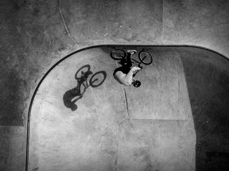 BMX jeździec w łyżwa parku obraz stock