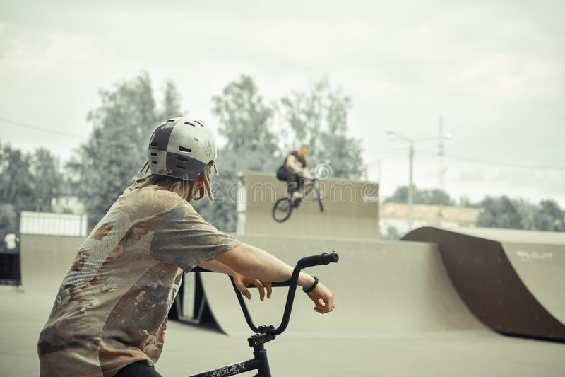 BMX jeźdzowie w jeździć na łyżwach parka zdjęcie stock