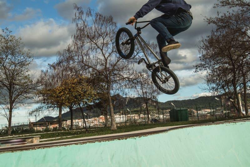 BMX Rider Doing Tricks Städtischer extremer Sport stockfoto