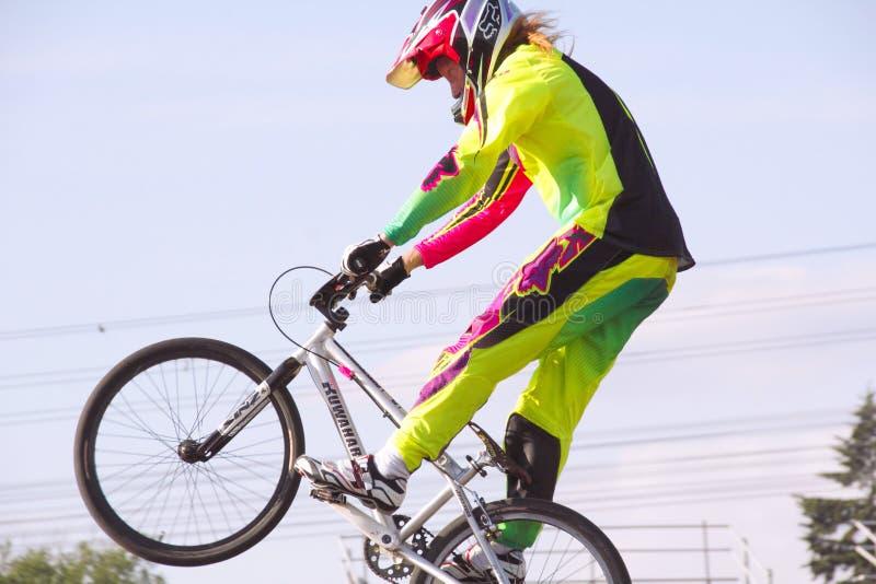 BMXer och det stora hoppet royaltyfri bild