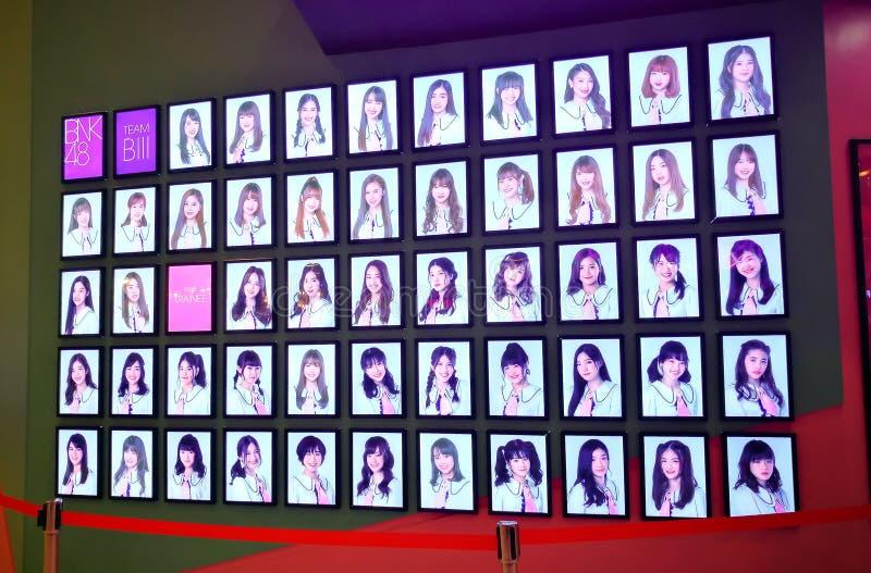 BNK48成员的图象是泰国神象女孩小组歌手,显示在BNK48校园剧院前面正式剧院 免版税库存照片