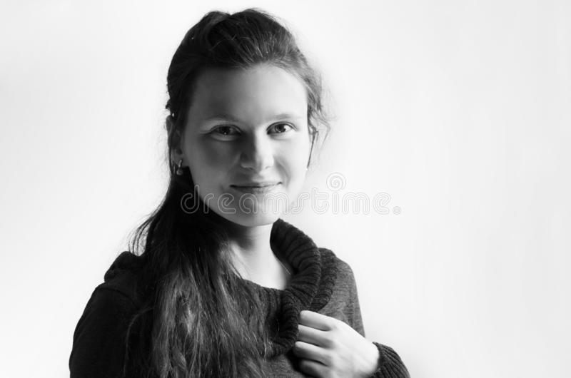 Bnw gladlynt kvinnligt kvinnaleende nära övre stående av den nätta caucasian unga flickan gullig tonåring som ler med vit arkivfoto