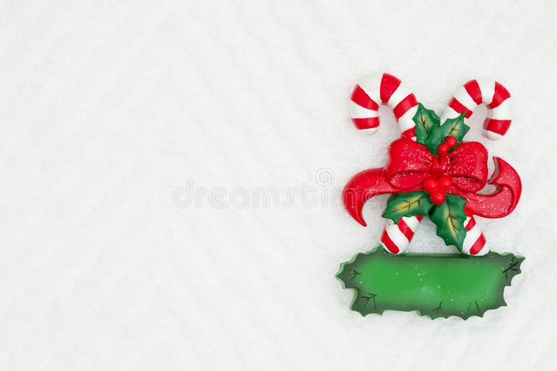Bożenarodzeniowe cukierek trzciny z łękiem na białym szewronie textured tkaniny tło fotografia royalty free
