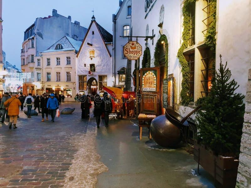 Bożenarodzeniowy wakacje w Tallinn zimy kwadrata życia Starym Grodzkim przełazie fotografia royalty free