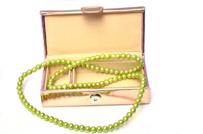 Boîte à bijoux avec le collier de perle image libre de droits