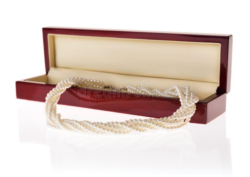 Boîte à bijoux avec le collier de perle photos libres de droits