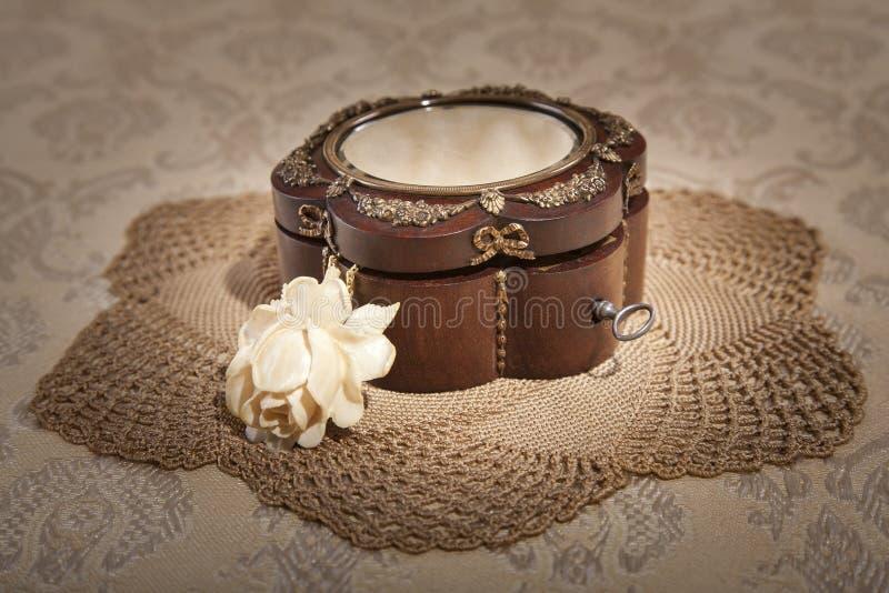 Boîte à bijoux avec une rose d'ivoire photographie stock