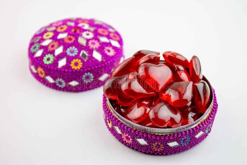 Boîte à bijoux colorée complètement de coeurs rouges sur le bacground blanc - concept de Saint Valentin image libre de droits