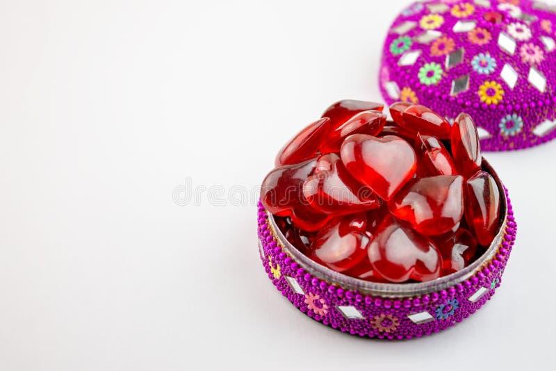 Boîte à bijoux colorée complètement de coeurs rouges sur le bacground blanc - concept de Saint Valentin photo libre de droits