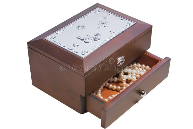 Boîte à bijoux en bois avec des perles photos stock