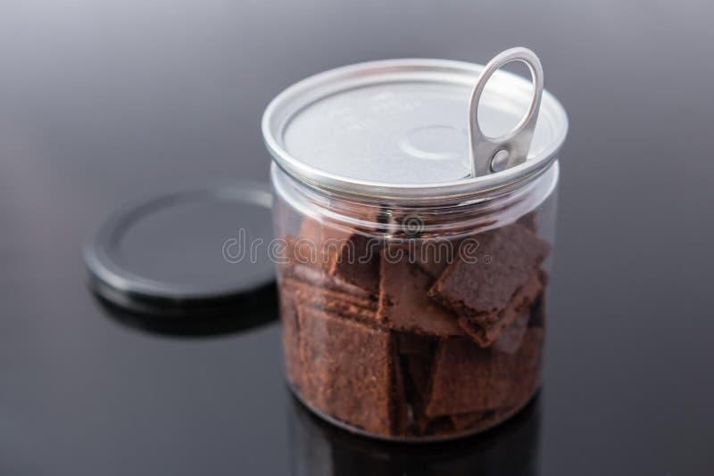 Boîte à biscuits de chocolat sur le fond foncé Foyer sélectif image stock