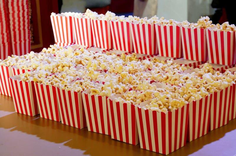 Boîte à maïs éclaté pour les films images stock