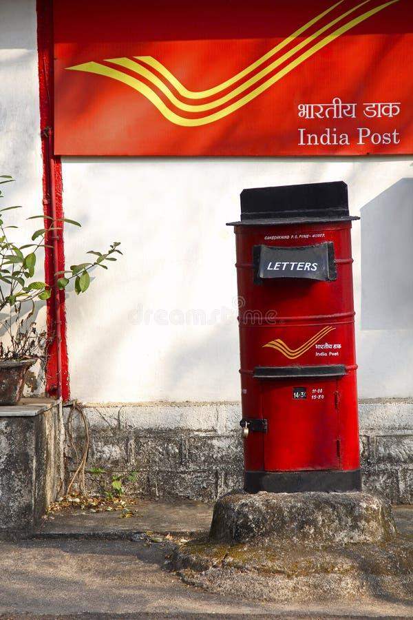 Boîte à marquer d'une pierre blanche avec le fond du courrier d'Inde, campus universitaire de Pune, Pune photographie stock