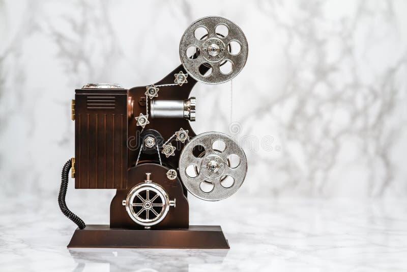 Boîte à musique décorative d'appareil-photo de film sur le blanc photo libre de droits