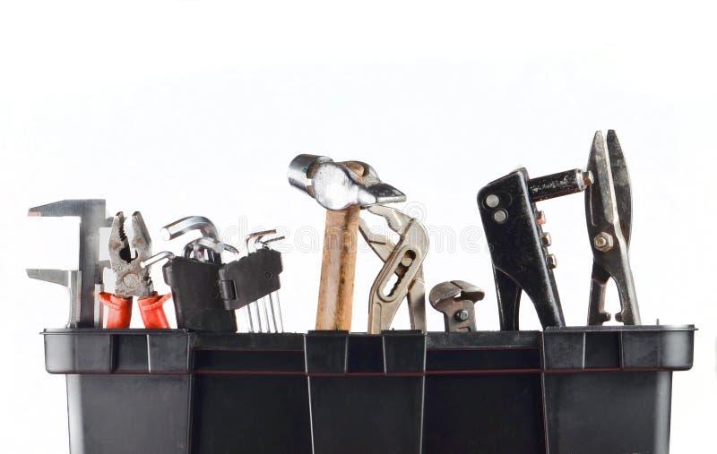 Boîte à outils en plastique de garage avec des outils d'isolement sur le blanc Marteau, forceps, pinces, clé, ciseaux en métal photographie stock
