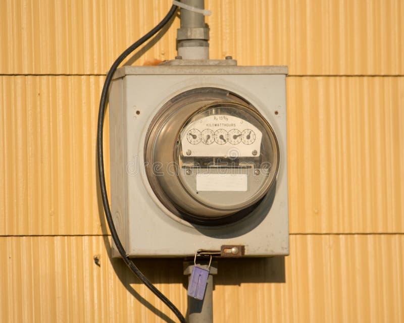 Boîte électrique de mètre sur une maison image libre de droits