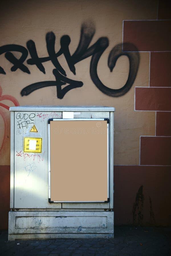 Boîte électrique devant le mur saisissant photos stock