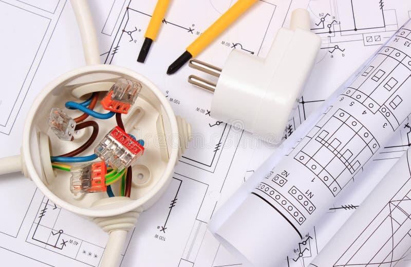 Boîte électrique, diagrammes et prise électrique sur le dessin de construction image stock
