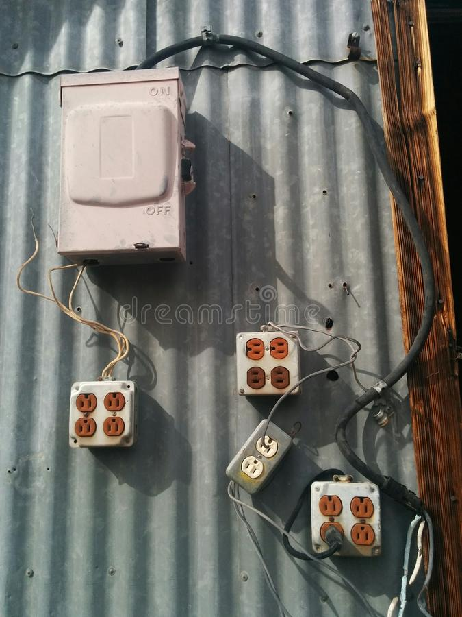 Boîte électrique et beaucoup de débouchés dans la configuration peu sûre image stock